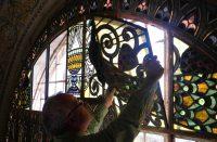 66. Opificio delle Arti - Il montaggio della vetrata nella basilica della Trasfigrazione sul Monte Tabor.JPG